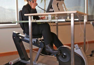 sport-v-ofise-velotrenazher-pod-stolom-foto-002