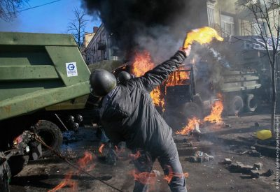Anti-government protesters hold Molotov cocktails as they attack an office of the pro-presidential Party of the Regions in Kiev February 18, 2014. Several thousand anti-government protesters clashed with police near Ukraine's parliament on Tuesday, torching vehicles and hurling stones in the worst violence to rock the capital Kiev in more than three weeks. As the clashes extended into early afternoon, protesters ransacked a nearby office of Viktor Yanukovich's Party of the Regions. REUTERS/Gleb Garanich (UKRAINE - Tags: POLITICS CIVIL UNREST) - RTX191G2